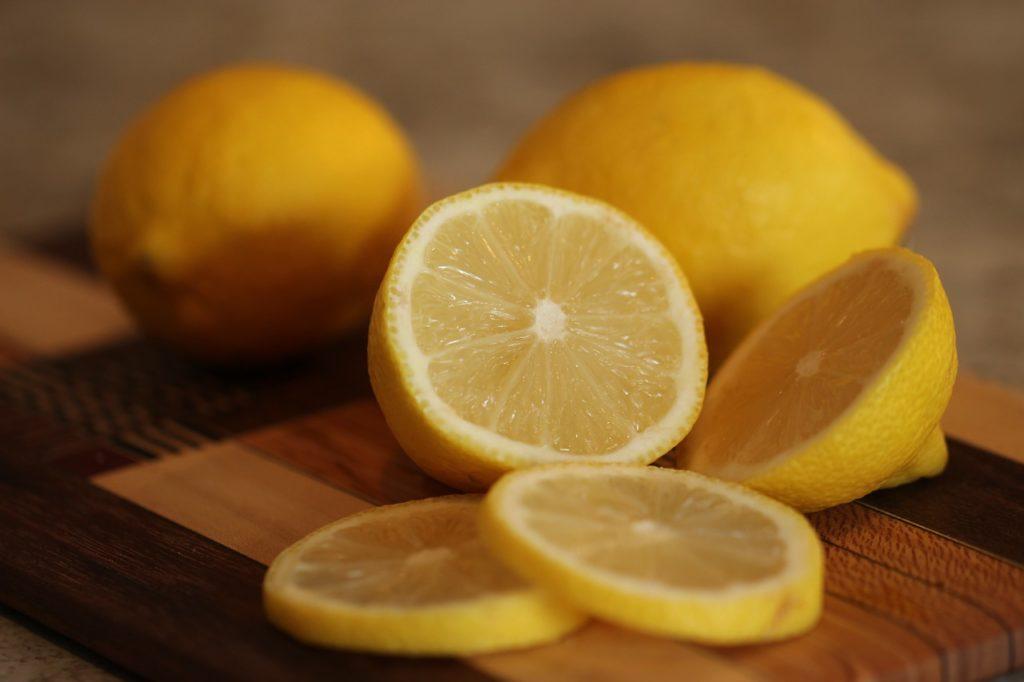 Zitronen sind gute Ergänzungen für Getränke nach dem Laufen.